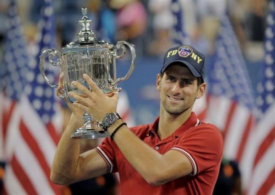 Novak-Djokovic-sa-peharom-II (1)