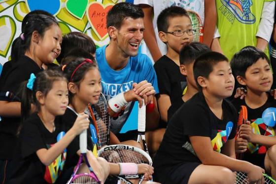 Novak odusevio klince u Pekingu